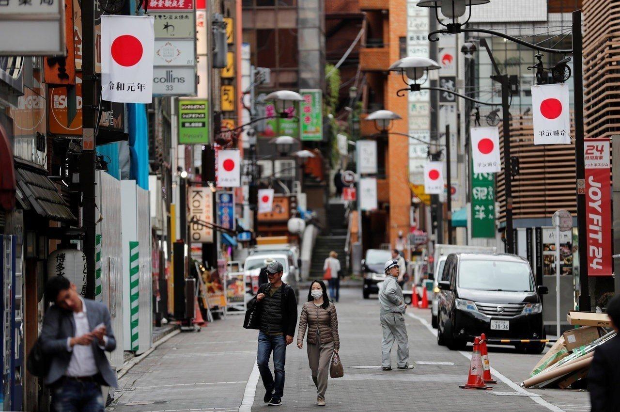 東京街頭四月卅日已掛上旗幟迎接即將到來的「令和元年」。 (路透)
