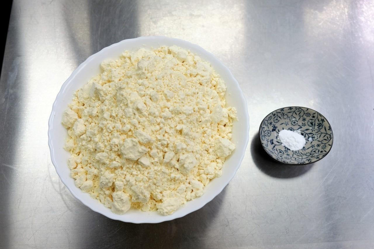 食品所研發用乳清蛋白和雞蛋白(左)取代磷酸鹽(右),兩者添加比例相差6000倍。