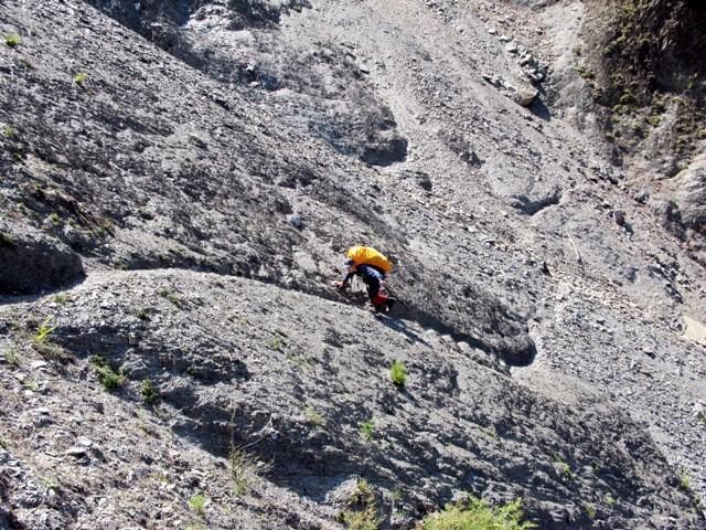 八通關古道的土葛崩壁一直是全線無法開放的一大障礙。