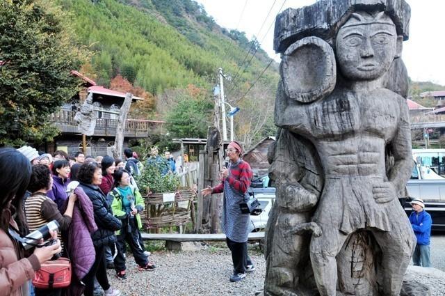 司斯馬庫斯部落解說員正向遊客說明部落歷史,受限於法令,活動只能以導覽體驗等方式進行。