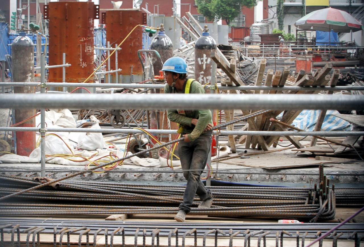 在營造、製造業工作的移工,所面臨的職災風險比起本勞更高。(資料照片)