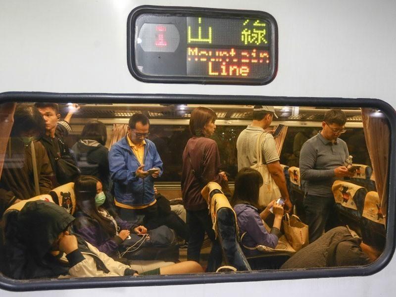 台鐵168車次自強號途經高雄正值傍晚,人潮眾多常誤點。記者黃仲裕/攝影
