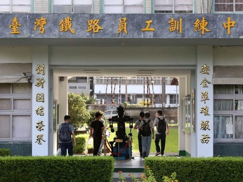 台鐵員工訓練中心門口寫著「安全準確服務」及「創新團結榮譽」。記者邱德祥/攝影