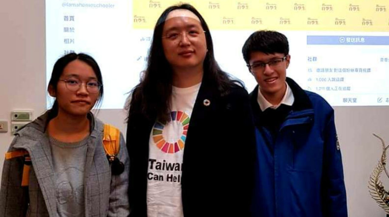 「自學生」成員王逸聖(右)、曾晞寧(左)今年初拜會唐鳳(中)。圖/王逸聖提供