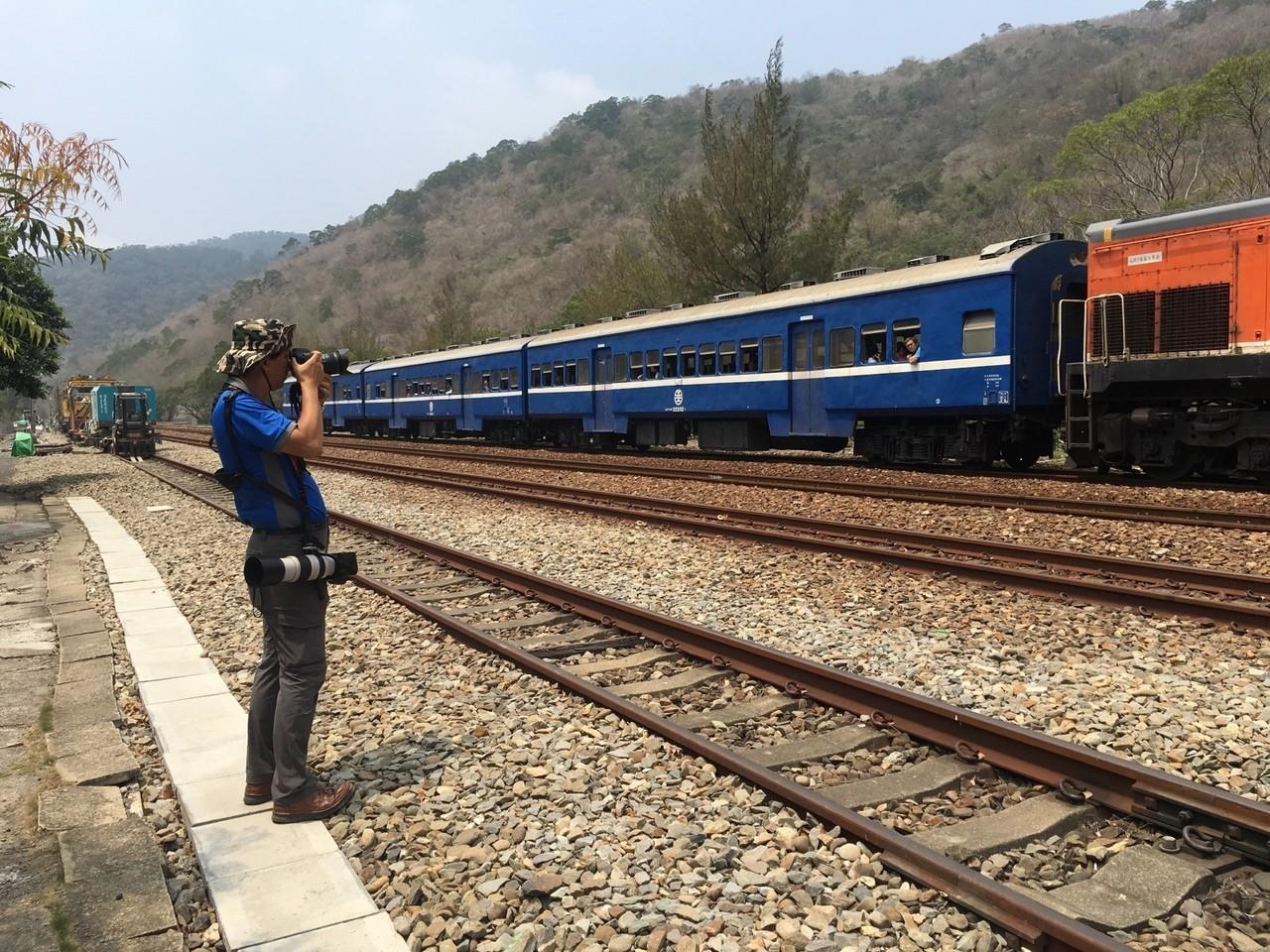 到台東找鐵道專家,一邊採訪一邊拍藍皮火車。