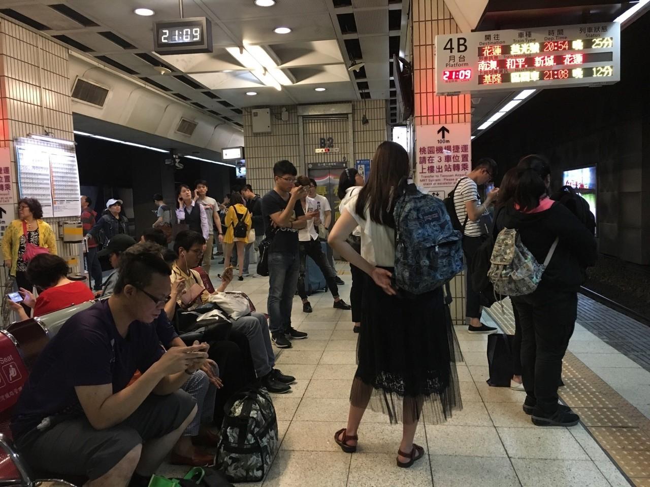 採訪期間幾乎天天搭台鐵回家,即使晚上九點仍常常遇到大誤點。