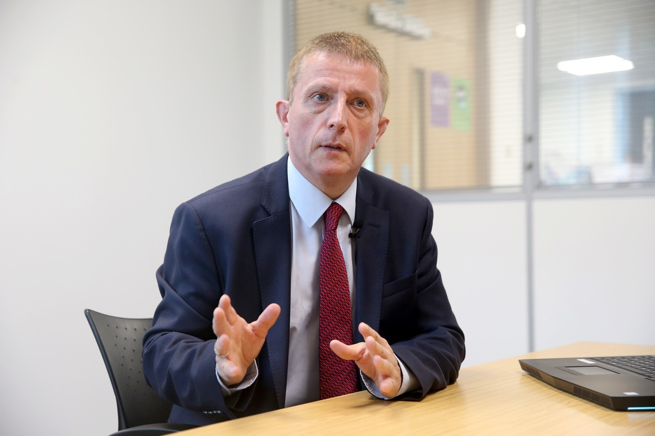 伍德公司媒體關係經理史蒂夫解釋核廢技術。