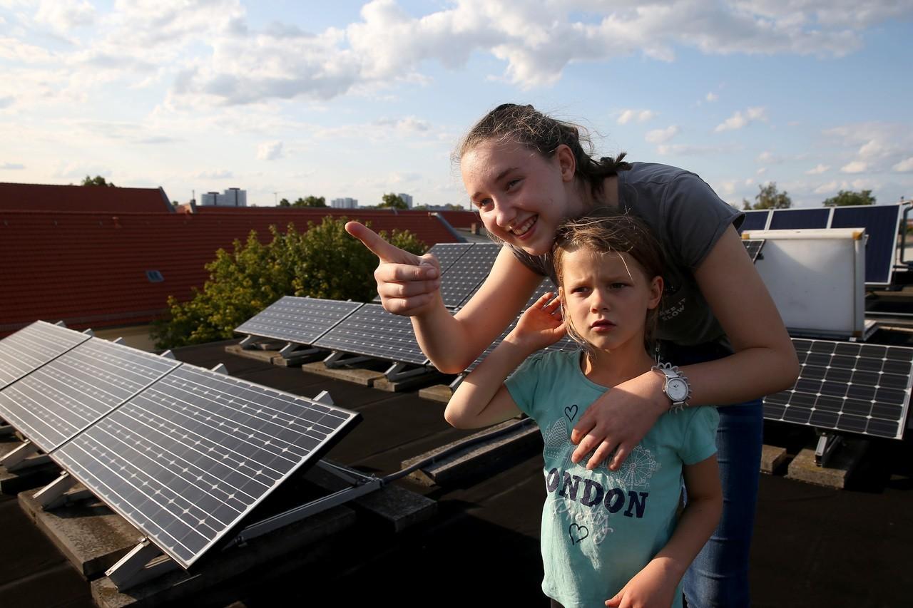 改造百年老屋為節能屋,在屋頂架設太陽能板。