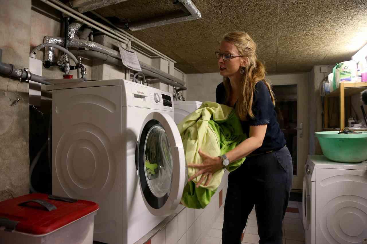 住戶露絲伯格曼(Ruth Bergmann)表示社區一同共用洗衣機。