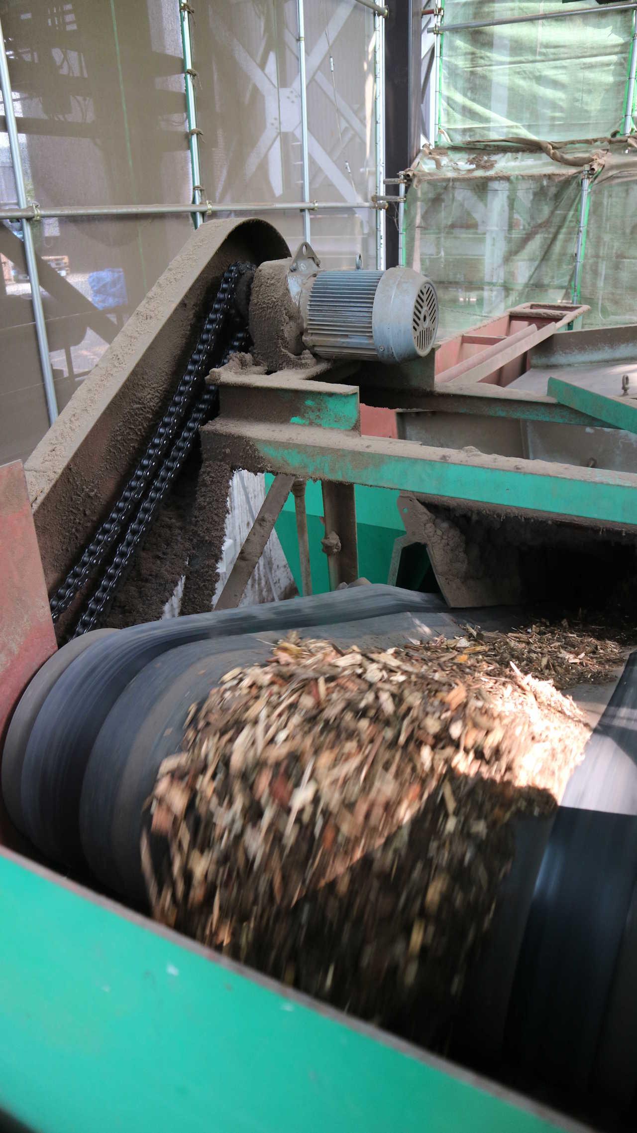 會津生質能廠運作燃燒木頭。