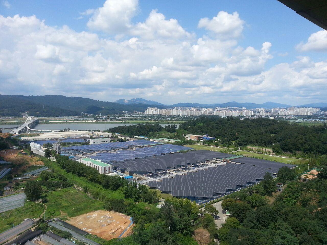 Amsa濾水廠屋頂上方的7,692個太陽能板。圖/能源與和平基金會