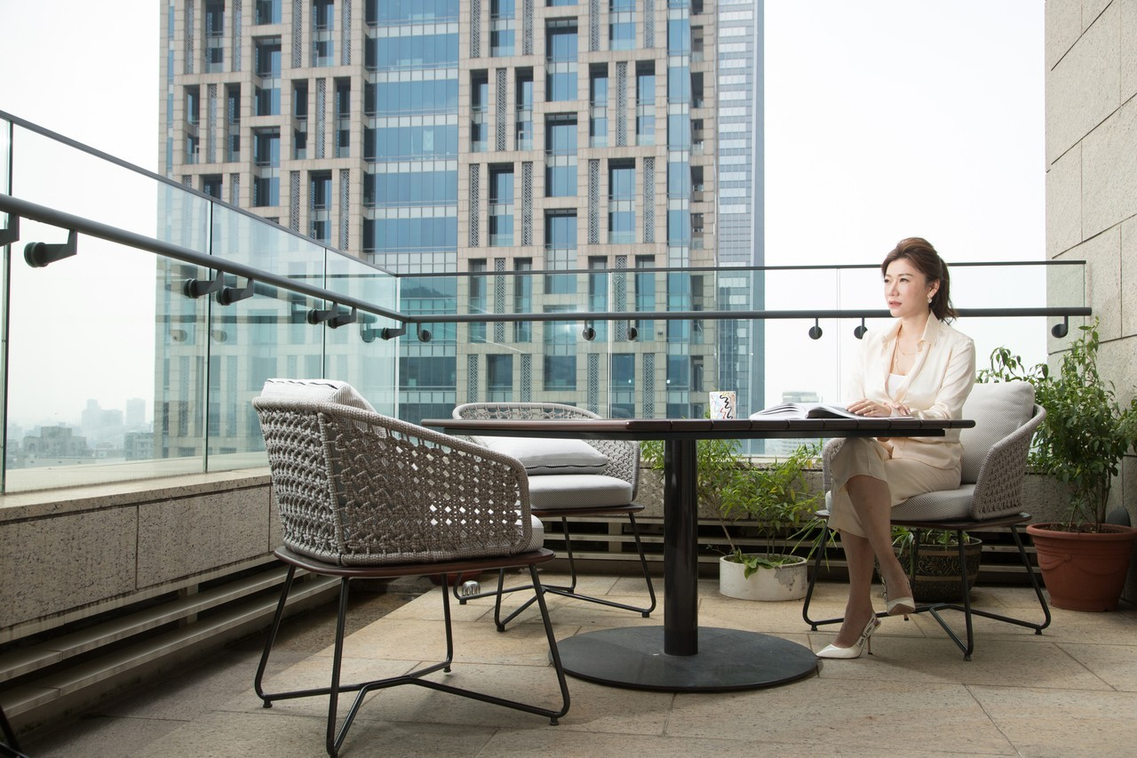 坐在家中露台遠眺街景是葉曉甄的舒壓方式之一。記者陳立凱/攝影