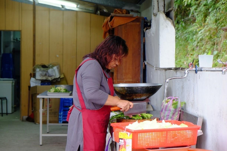 傳道Isdilu曾在學校廚房當主廚,經手600人份的餐食。(攝影/郭琇真)