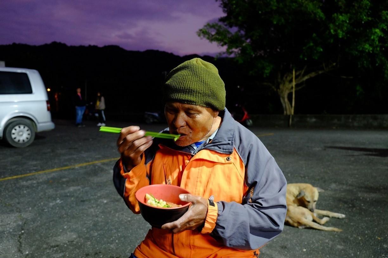 部落裡的頭目說:今天他要吃三碗!(攝影/郭琇真)