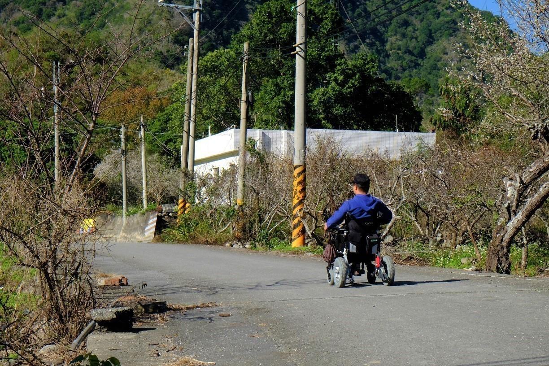 傷後返鄉20年的Alang,因為行動廚房餐車,勇敢走出家門了。(攝影/郭琇真)
