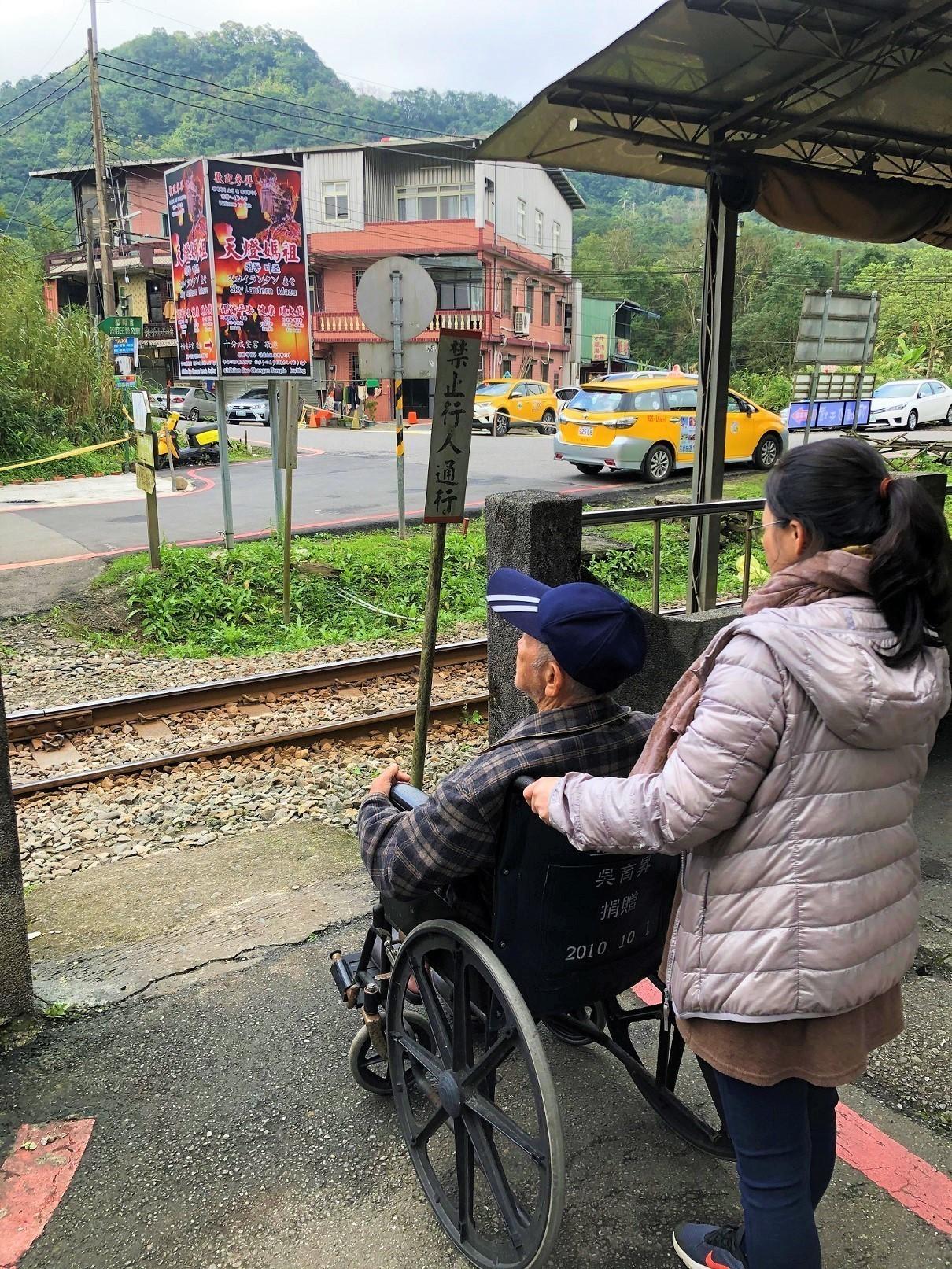 十分火車站沒有無障礙通道,對老人來說很不便。(攝影/黃尚御)