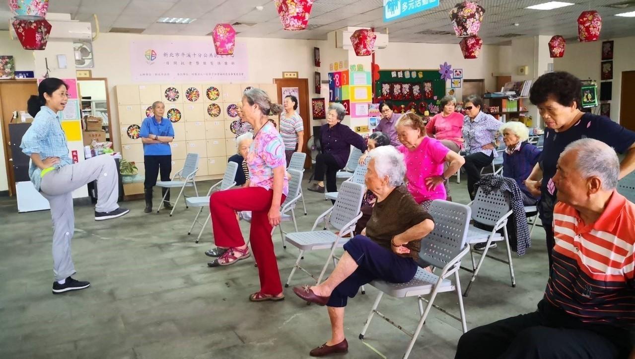 社工蔡碧真(左)每天一大早就帶長輩做運動,顧好肌力。(圖片提供/蔡碧真)