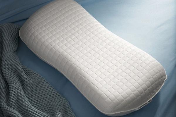 IKEA KLUBBSPORRE人體工學枕結合記憶泡棉與凝膠層。圖/IKEA提供