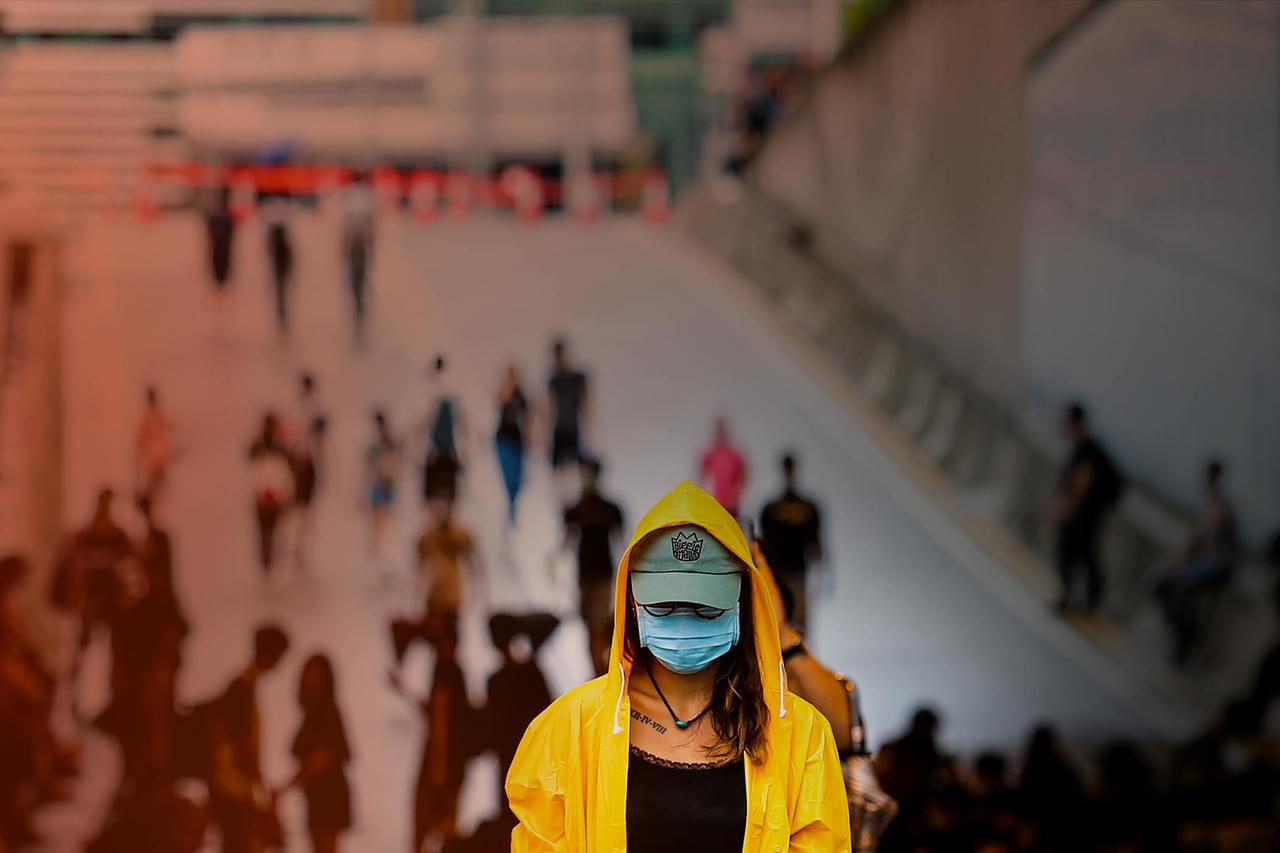 香港特首辦外圍,抗議群眾拿著遭港警毆傷的群眾照片佇立馬路中,要求林鄭撤回惡法。特派記者王騰毅/攝影