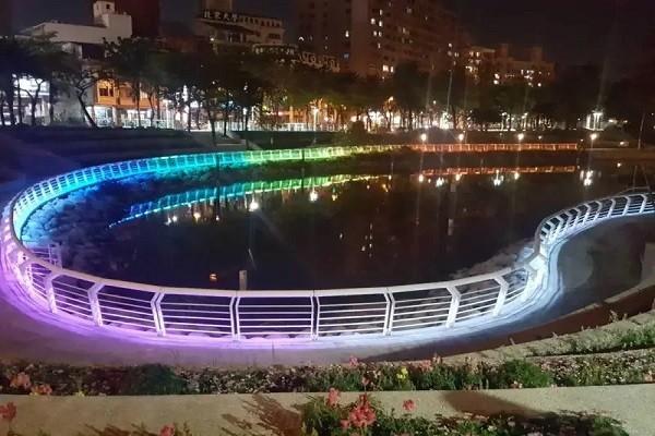 心形虹橋橫跨在博愛路上空,讓愛河越夜越美麗。記者謝梅芬/翻攝