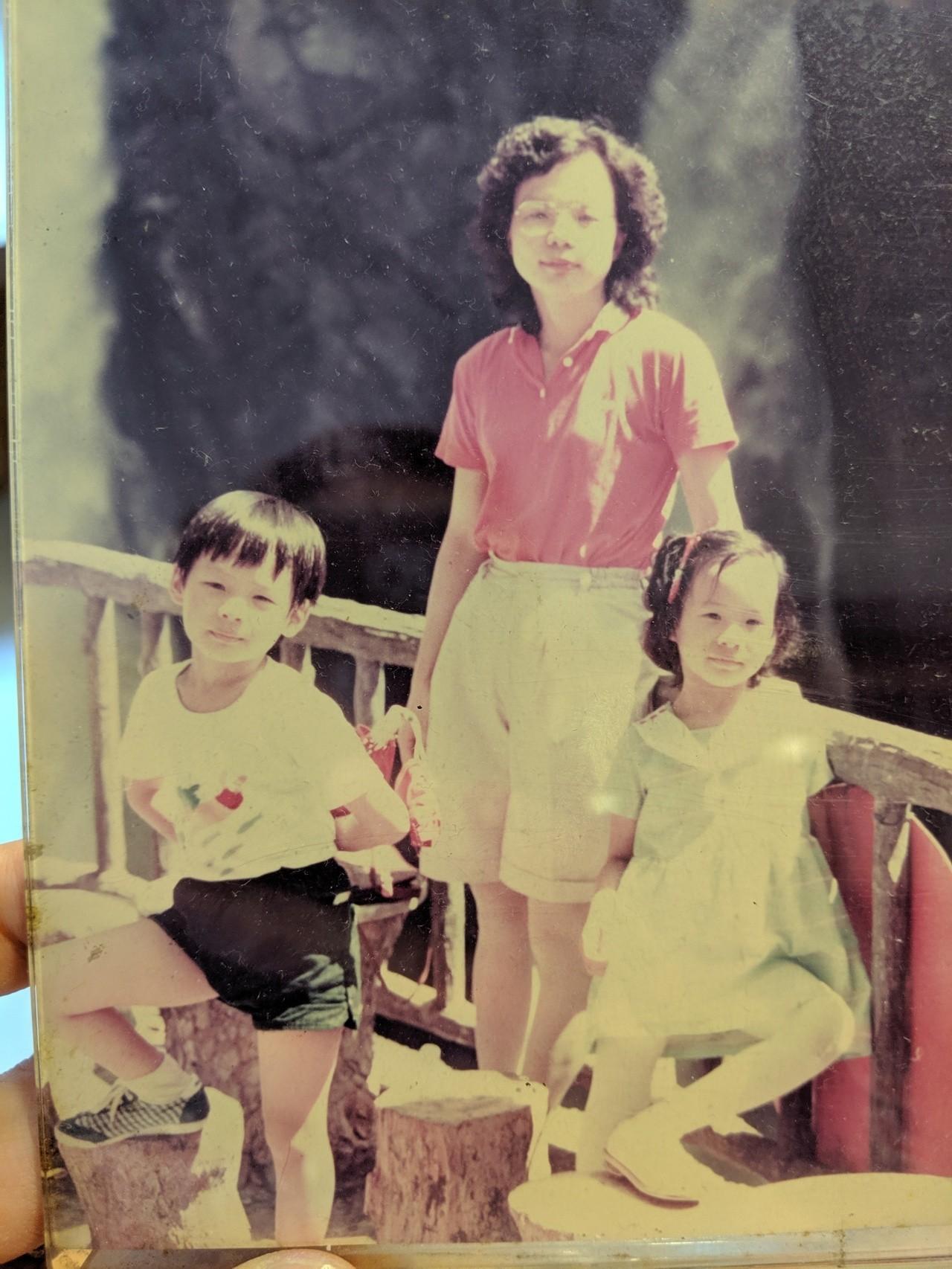 兒時的林之晨(左)與母親林靜芸。圖/林之晨提供