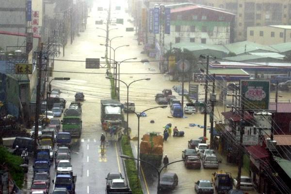 象神颱風帶來豪雨使得汐止新台五線嚴重積水,交通斷絕。圖/聯合報系資料照