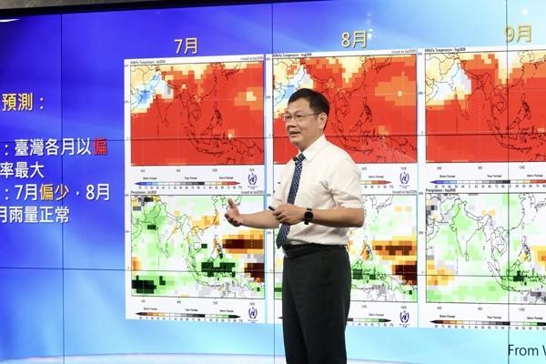 人們透過氣象預報,得知颱風相關資訊。圖/中央社資料照