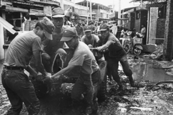韋恩造成嚴重災情,國軍迅速動員官兵助民重建家園情形。圖/水利署