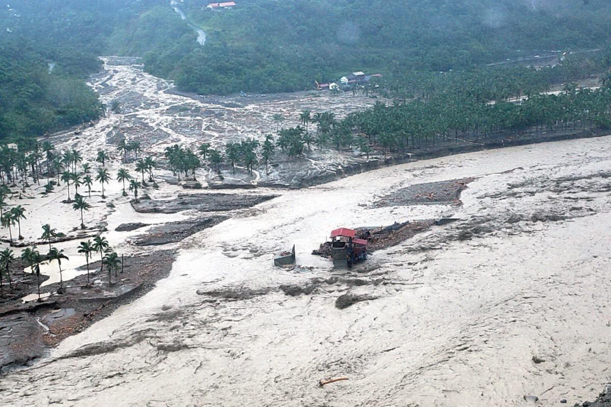 莫拉克颱風挾帶豪雨引發土石流,高雄甲仙鄉小林村慘遭滅村。軍聞社