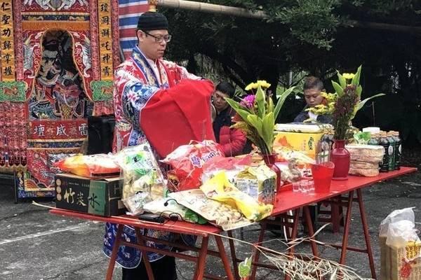 法師進行送肉粽儀式。圖/讀者提供