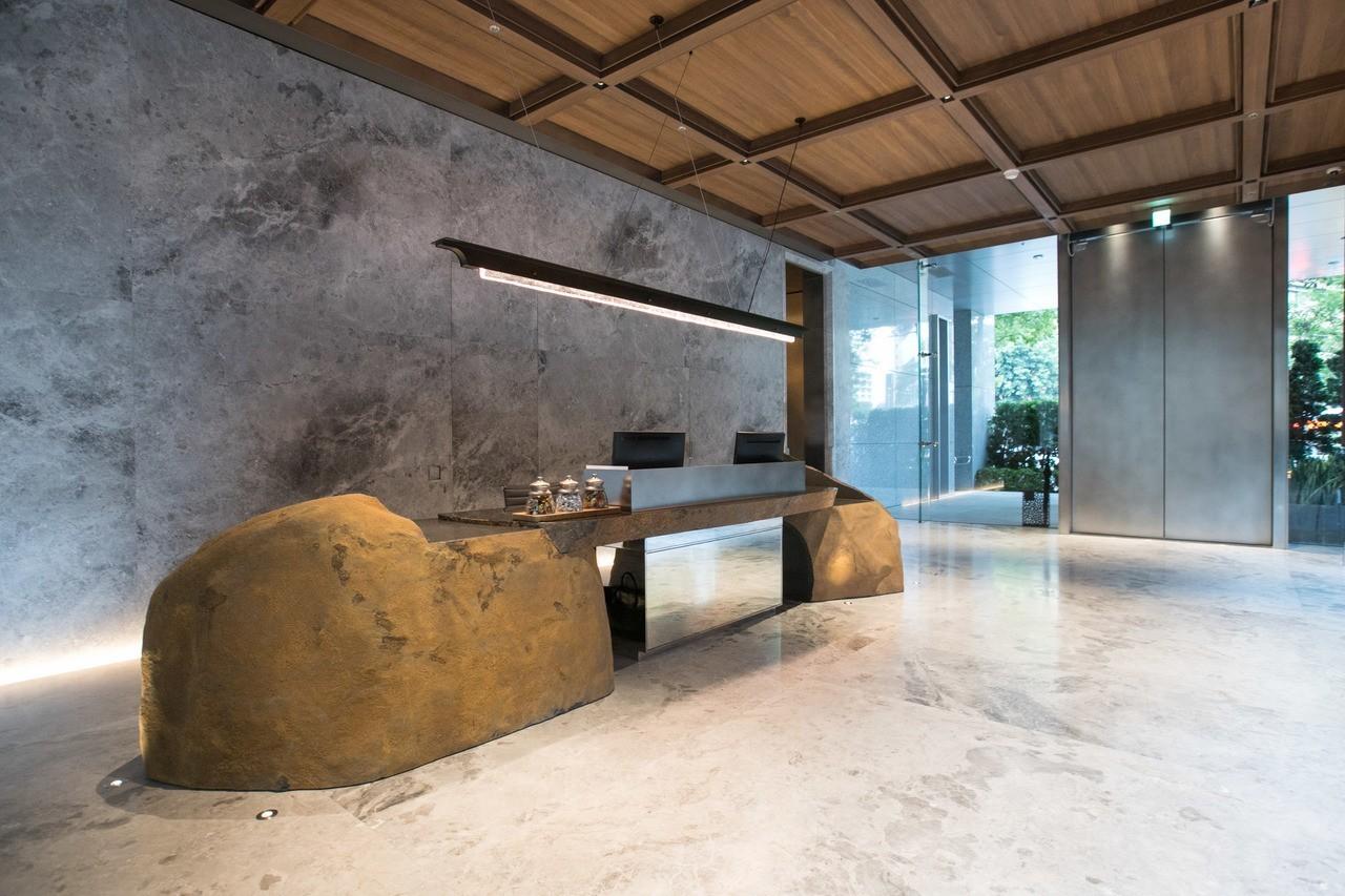 日本石藝師和泉正敏的實石雕塑在門廳迎賓。記者陳立凱/攝影