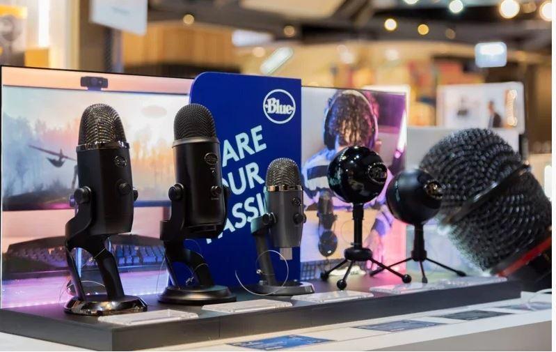 3C賣場裡陳設直播專區,提供各品牌的麥克風。圖/三創提供
