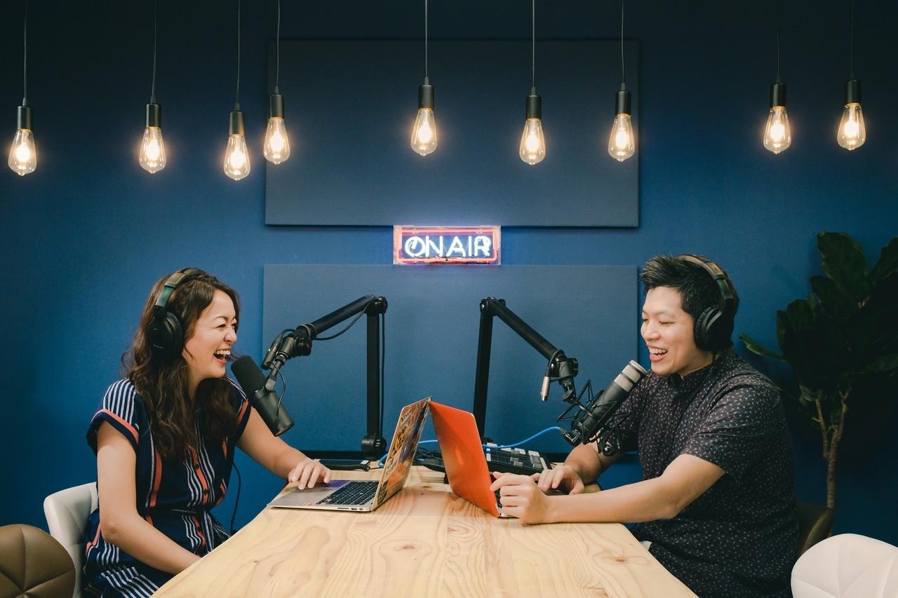 百靈果NEWS主持人凱莉(左)和KEN。圖/百靈果News臉書