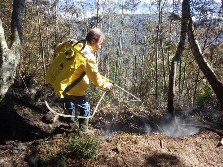 山友在鹿屈山引火取暖,但仍餘燼未滅,林管處及時派人撲滅。圖/南投林管處提供