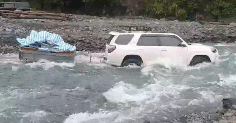 有遊客跑到清水地熱溪床露營,卻因溪水暴漲來不及逃,導致人車受困。圖/讀者提供