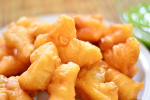 泰國小吃炸油條,和台灣長型油條不太相同,比較像是雙胞胎。圖/ingimage