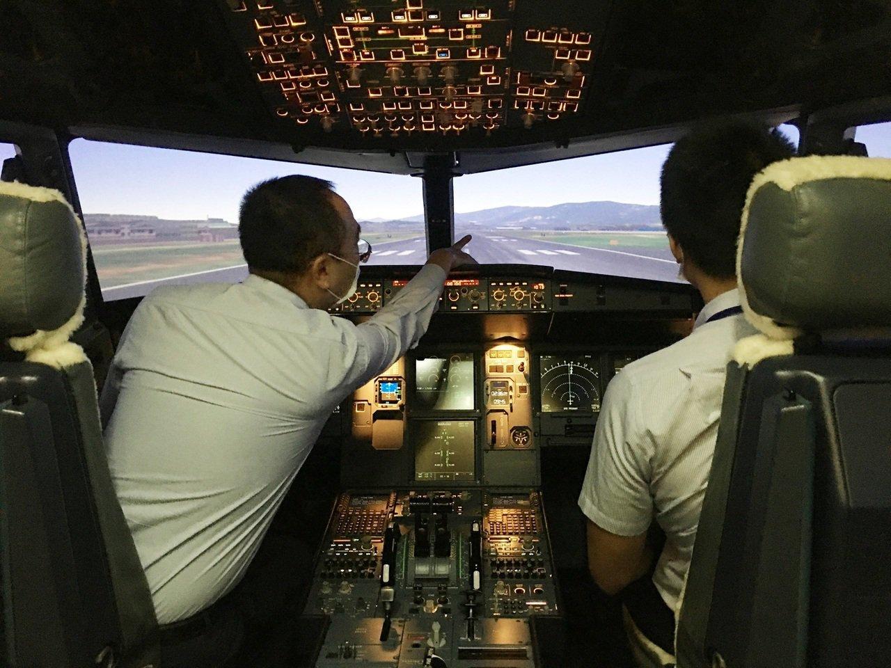由台虎現役機師親自陪同帶飛(情境示範圖)。 圖/台灣虎航提供