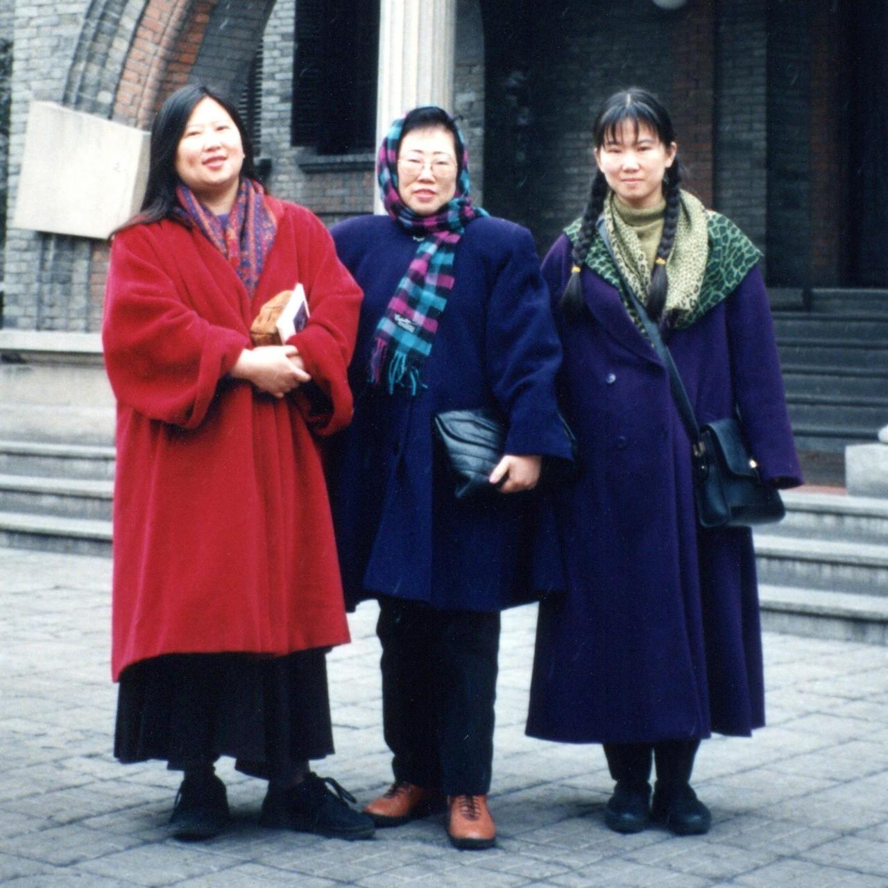 韓良憶(右)媽媽(中)和姊姊韓良露。圖/韓良憶 提供