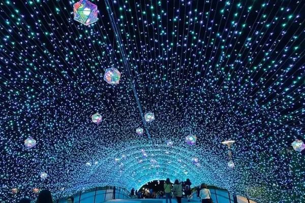 捷運中山站及雙連站間串聯成一條「蔚藍燈海隧道。圖/出口音樂節官方臉書