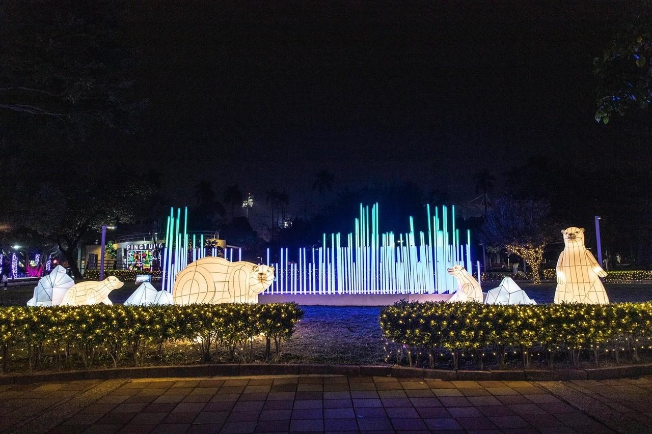 流動光柱展現極光美景、「歐若拉的祝福」北極熊造景呆萌可愛。圖擷自潘孟安臉書