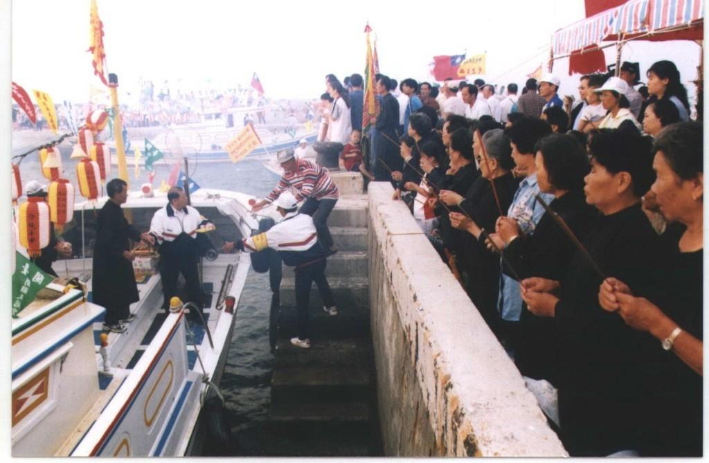 信徒們在澎湖馬公西衛港焚香跪拜並登船奉茶。聯合報系資料照片/記者肇瑩如攝影
