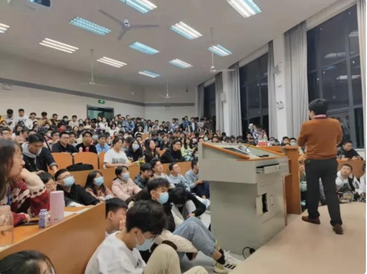[新聞] 武大戀愛課爆滿 學生掛窗戶上聽課 「搶拿